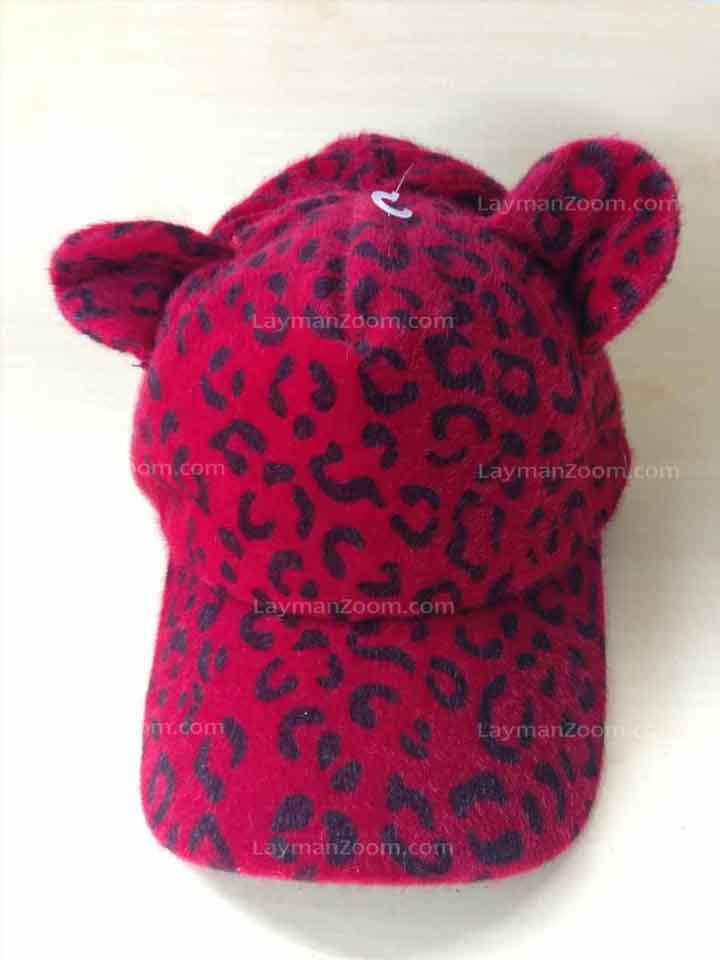 หมวกแก๊ปผ้าขนมีหู สีแดงลายดำ