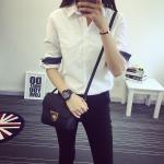 เสื้อเชิ้ตสีขาว สาบด้านในปลายแขนเสื้อผ้ายีนส์