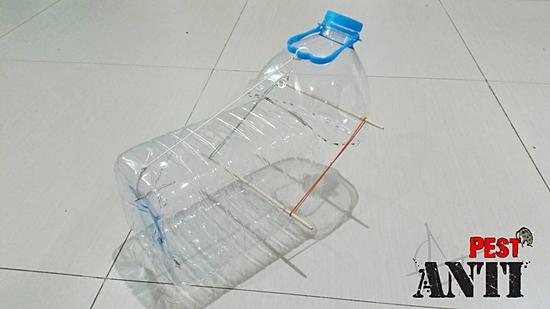 ภาพในลักษณะ ของ เครื่องดักหนู ด้วยใช้ขวดน้ำ