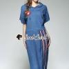 ชุดเซ็ท แนวสปอร์ต เสื้อทรงเก๋ด้วยงานแต่งฮูท และปักแต่งลายดอกไม้สีแดง เชือกที่คอฮูทแต่งด้วยสร้อยสีเงิน มาพร้อมกับกระโปรงตัวยาว